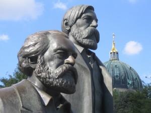 /Памятник К. Марксу и Ф. Энгельсу в Берлине.